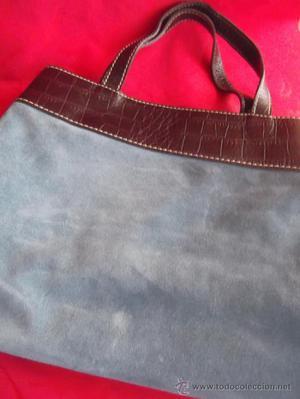 Bolso de ante azul francés con vuelta de piel grabada.