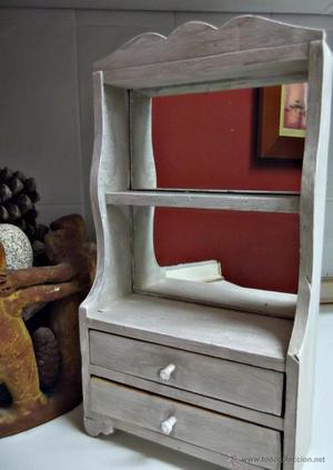 Coqueto joyero o mueble auxiliar en madera decapada.
