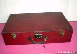Maleta de madera antigua vintage con llave para repasar.