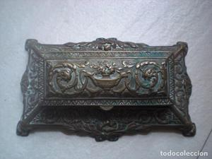 Antigua escribania en bronce labrado con motivos de estilo
