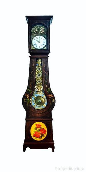 Reloj de caja alta. Madera con marquetería de motivos