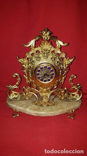 Reloj de sobremesa a cuerda realizado en metal dorado sobre
