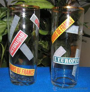 2 Vasos de cristal y filo de oro con logos de periodicos y
