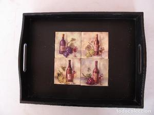 Bandeja con 4 azulejos decorados con botellas de vino