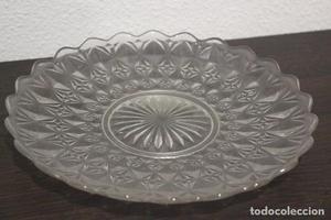 Bonito plato de cristal tallado. 26 cm de diámetro.