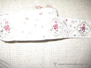 Cinta en color blanca bordada con motivos florales y