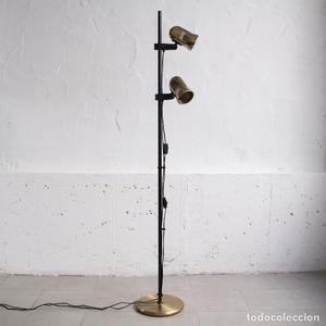Lámpara de pie Fase dorada con dos focos orientables.