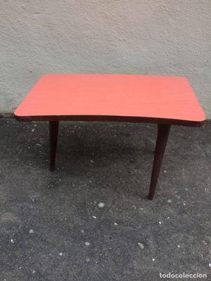 Mesa de centro con patas de madera y la parte superior