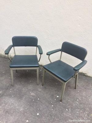 Par de sillas diseño industrial de metal forrado en napa