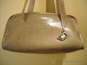 bolso de piel de color beige, marca machine bi basico