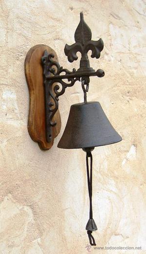 campana de hierro con soporte de madera para entrada