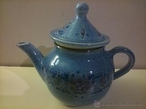 tetera de ceramica. azul con flores. sello inferior. 19 cm.
