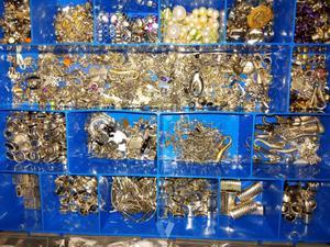 Caja con departamentos con abalorios
