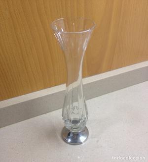 Jarrón de cristal tallado y pie plata