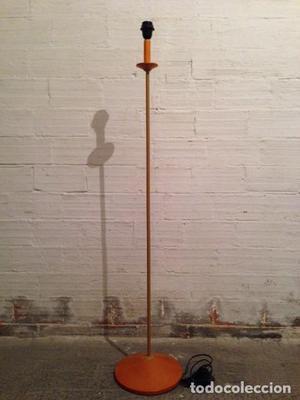 Lámpara de madera de pie de diseño moderno y estilizado