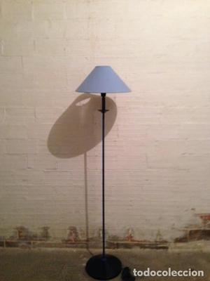 Lámpara de pie de madera pintada en azul