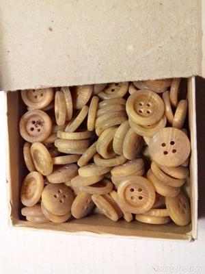 caja de antiguos botones de resina. Más de 130 botones.