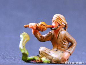 Figura antigua de encantador de serpientes del circo.
