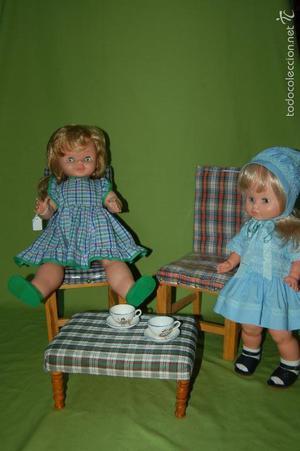 juego de dos sillas y una mesa para muñecas