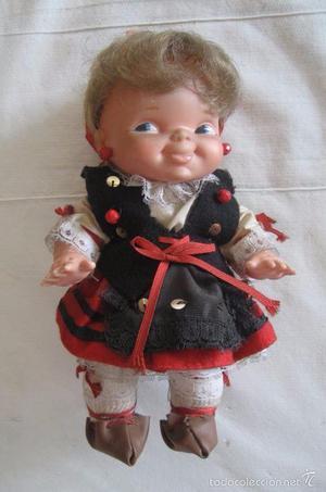 Muñeca pasiega con traje regional y bebe en la espalda /