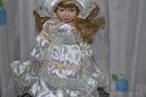 Preciosa muñeca de porcelana con vestido de época, finales