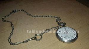 Reloj de bolsillo con cadena.