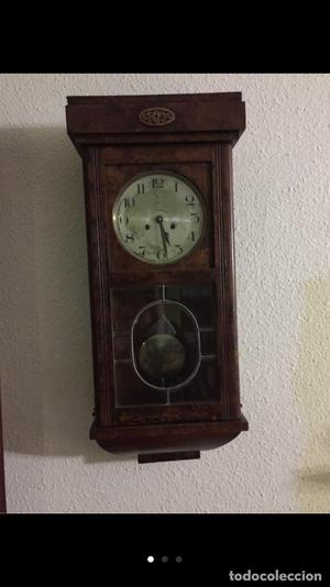 Reloj de cuerda antiguo de pared