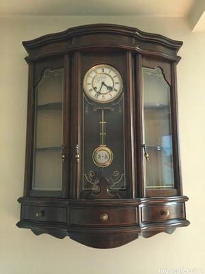 Reloj de pared en mueble
