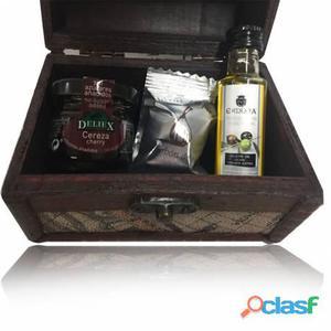 Baúl mapa madera con aceite la chinata, bombón de higo y