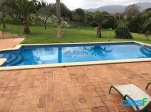 Chalet unifamiliar con piscina y 4 habitaciones en solar de