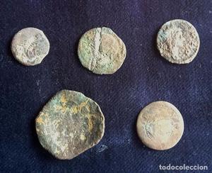 Lote de monedas antiguas españolas y una romana a limpiar y