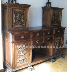 Conjunto de muebles antiguos de madera de nogal tallada.