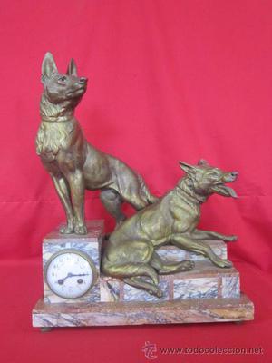 Llamativo reloj de sobremesa con figuras de perros pastor