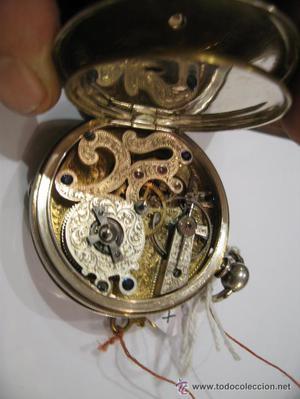 Reloj de bolsillo, esfera plateada y adornos dorados, de