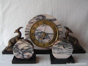 reloj art deco con guarnicion.