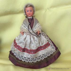 Antigua muñeca francesa con traje regional