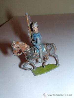 Antiguo soldadito de plomo a caballo con bandera.