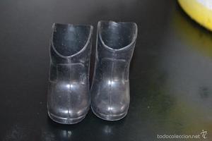 Botas negras de agua, Nancy de Famosa.