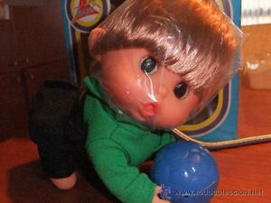 FANFÁN Y CLAUDINET de FARMI- bebé de verde con pelota-