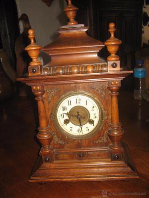 Reloj de madera. Wooden clock.