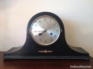 Reloj sobremesa de carga manual.