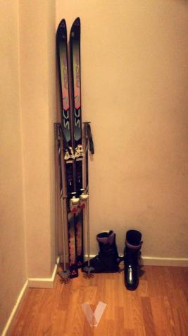 Esquíes y botas de esquiar