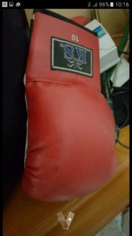 saco de boxeo con 2 pares de guantes