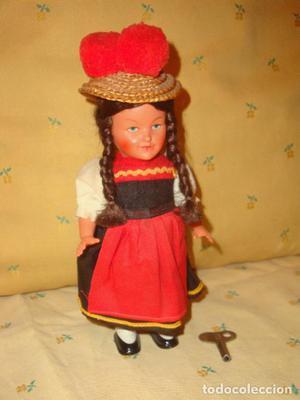 Antigua muñeca alemana de cuerda.FUNCIONA.Traje regional,
