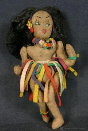 Muñeca de fieltro cubana o hawaiana bailando con falda y