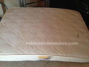 Una cama doble con un colchón
