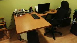 Mesa con ala,silla y pantalla pc Samsung