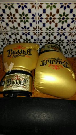 saco de boxeo y dos guantes.