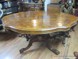 Antigua mesa de comedor en madera de raíz. El tablero se