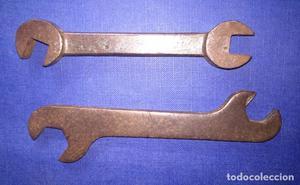 Antiguas 2 llaves fijas con marcas borrosas.